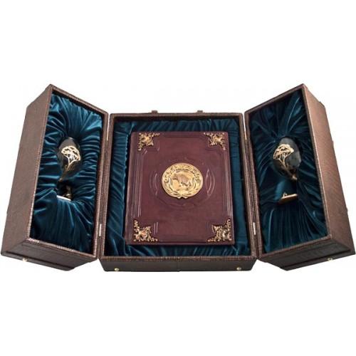 """Подарочная книга """"Набор «Охота» с бокалами для коньяка и книгой (с накладками)"""""""