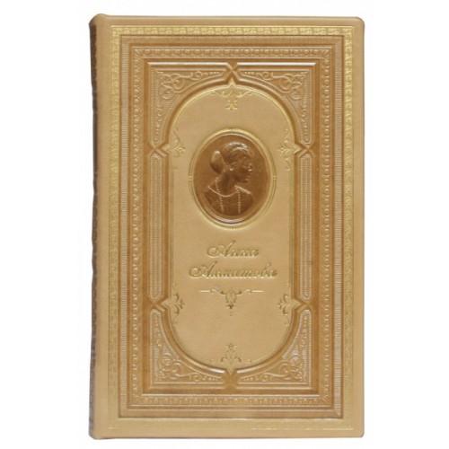 Книга Ахматова «Бег времени: стихотворения и поэмы» в кожаном переплете с тисненым портретом автора